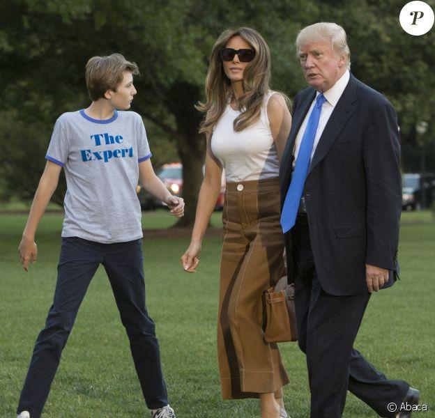 Le président des États-Unis Donald J. Trump, son épouse Melania Trump et leur fils Barron Trump rentrent à la Maison-Blanche. Washington, le 11 juin 2017.