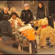 Laeticia Hallyday avec Jade et Joy en revenant de Londres, Gare du Nord, le 20/01/09