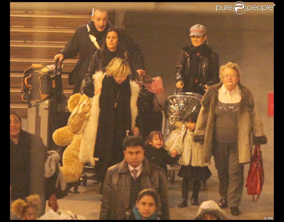 Laeticia hallyday rentre de londres avec ses deux filles sa grand m re sa nounou son amie - Helene darroze et son mari ...