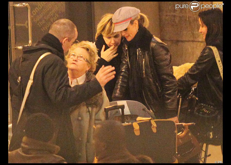 Laeticia hallyday avec jade et joy en revenant de londres gare du nord le 20 01 09 ici avec - Helene darroze et son mari ...