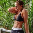 Rebecca Burger, blogueuse fitness, prend la pose et affiche ses muscles. Elle est morte le 18 juin 2017 dans un malheureux accident.