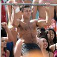 Dwayne Johnson et Zac Efron montrent leurs muscles sur le tournage de 'Baywatch' à Miami, le 8 mars 2016