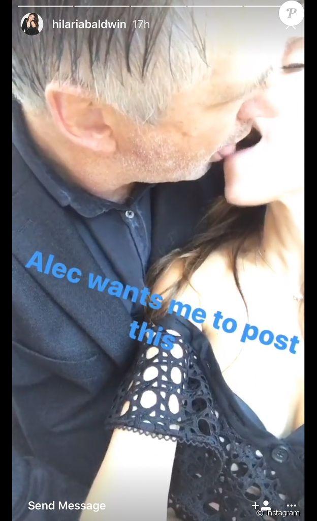 Alec et Hilaria Baldwin s'embrassant comme deux adolescents fougueux, quelques jours avant leur remariage fixé au 30 juin 2017