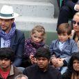Veuillez flouter le visage des enfants avant publication - Elodie Gossuin avec son mari Bertrand Lacherie et leurs enfants Rose et Jules dans les tribunes des internationaux de France de Roland Garros à Paris le 4 juin 2016. © Moreau - Jacovides / Bestimage
