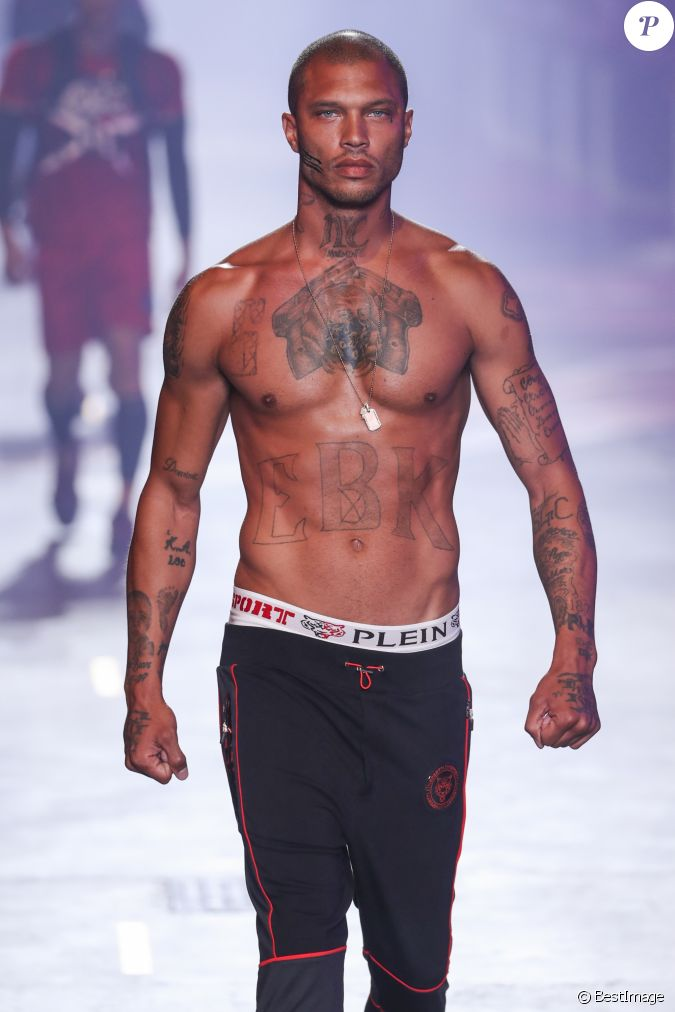 jeremy meeks lors du d fil de mode hommes printemps t 2018 plein sport milan le 18 juin 2017. Black Bedroom Furniture Sets. Home Design Ideas