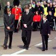 Le prince William et le prince Harry, entourés du prince Charles, du duc d'Edimbourg et de Charles Spencer, lors des funérailles publiques de Lady Di le 5 septembre 1997.
