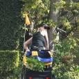 Incroyable ! En plus de supporter un enfant, le pousse-pousse magique de Naomi Watts permet aussi de porter les courses !