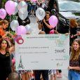 Céline Dion à la sortie de l'hôtel Le Royal Monceau à Paris, France, le 9 juillet 2017. La diva reçoit un chèque de 700 euros pour sa fondation.