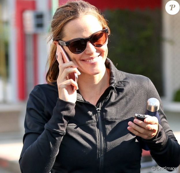 Jennifer Garner boit un smoothie après sa séance de gym à Los Angeles, le 11 juillet 2017.