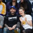 Adam Levine et Behati Prinsloo au Staples Center à Los Angeles, le 25 novembre 2016.