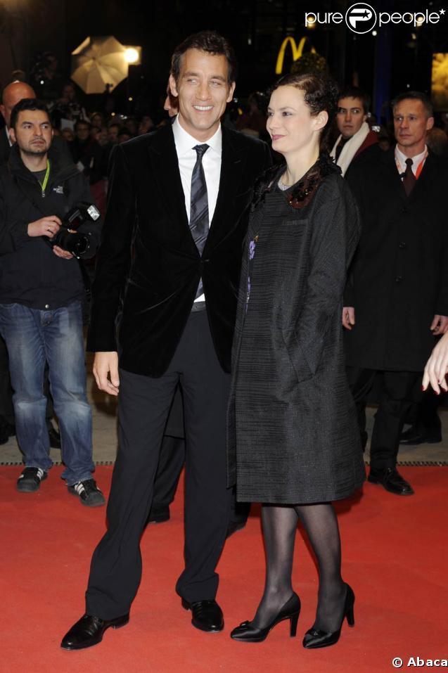 """Le charmant Clive Owen, très souriant, est la tête d'affiche de """"The International"""", le film présenté hier soir à la 59e Berlinale. Sa femme, la comédienne Sarah-Jane Fenton, à son bras."""