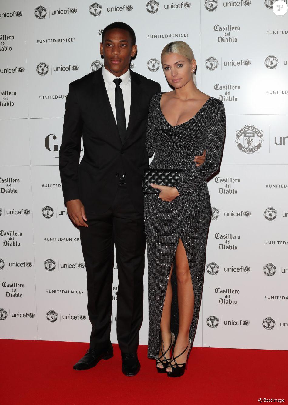 """Anthony Martial et sa compagne Mélanie da Cruz sont apparus pour la première fois en public au photocall du dîner de gala """"The United for UNICEF"""" au stade Old Trafford à Manchester, Royaume Uni, le 31 octobre 2016."""