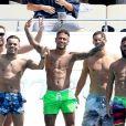 Le tout nouvel attaquant du Paris Saint-Germain (PSG) Neymar Jr; et sa tribu, Alvaro Costa, Jô Amancio, Gustavo Almeida, Guilherme Pitta et Gil Cebola sur un yacht, profitent de quelques jours de vacances à Saint-Tropez, le 7 août 2017.