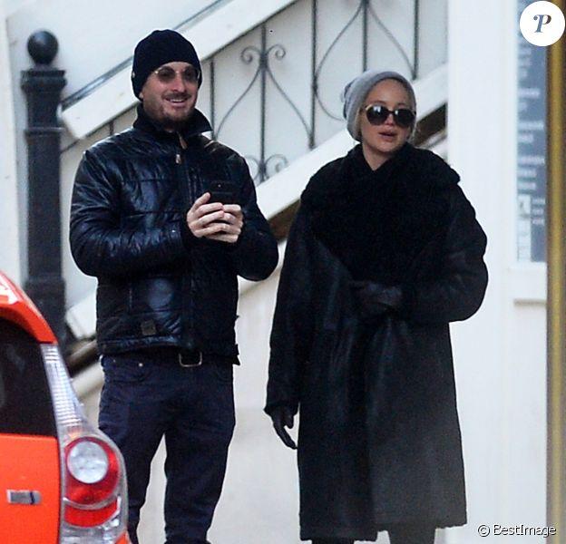 """Exclusif - Jennifer Lawrence et son compagnon Darren Aronofsky pendant une promenade romantique le jour du réveillon de la Saint-Sylvestre avec le petit chien de Jennifer """"Pippi"""" dans Central Park à New York City, New York, Etats-Unis, le 31 janvier 2016."""
