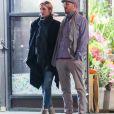 Exclusif - Les rumeurs se confirment ! La jeune actrice de 26 ans Jennifer Lawrence et son nouveau compagnon, le réalisateur, Darren Aronofsky, 47 ans, se promènent bras dessus bras dessous dans les rues de New York. Après un dîner romantique, le couple, visiblement très amoureux, s'est arrêté devant un magasin de fleurs pour s'embrasser. Le 2 novembre 2016