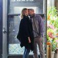"""""""Exclusif - Les rumeurs se confirment ! La jeune actrice de 26 ans Jennifer Lawrence et son nouveau compagnon, le réalisateur, Darren Aronofsky, 47 ans, se promènent bras dessus bras dessous dans les rues de New York. Après un dîner romantique, le couple, visiblement très amoureux, s'est arrêté devant un magasin de fleurs pour s'embrasser. Le 2 novembre 2016"""""""