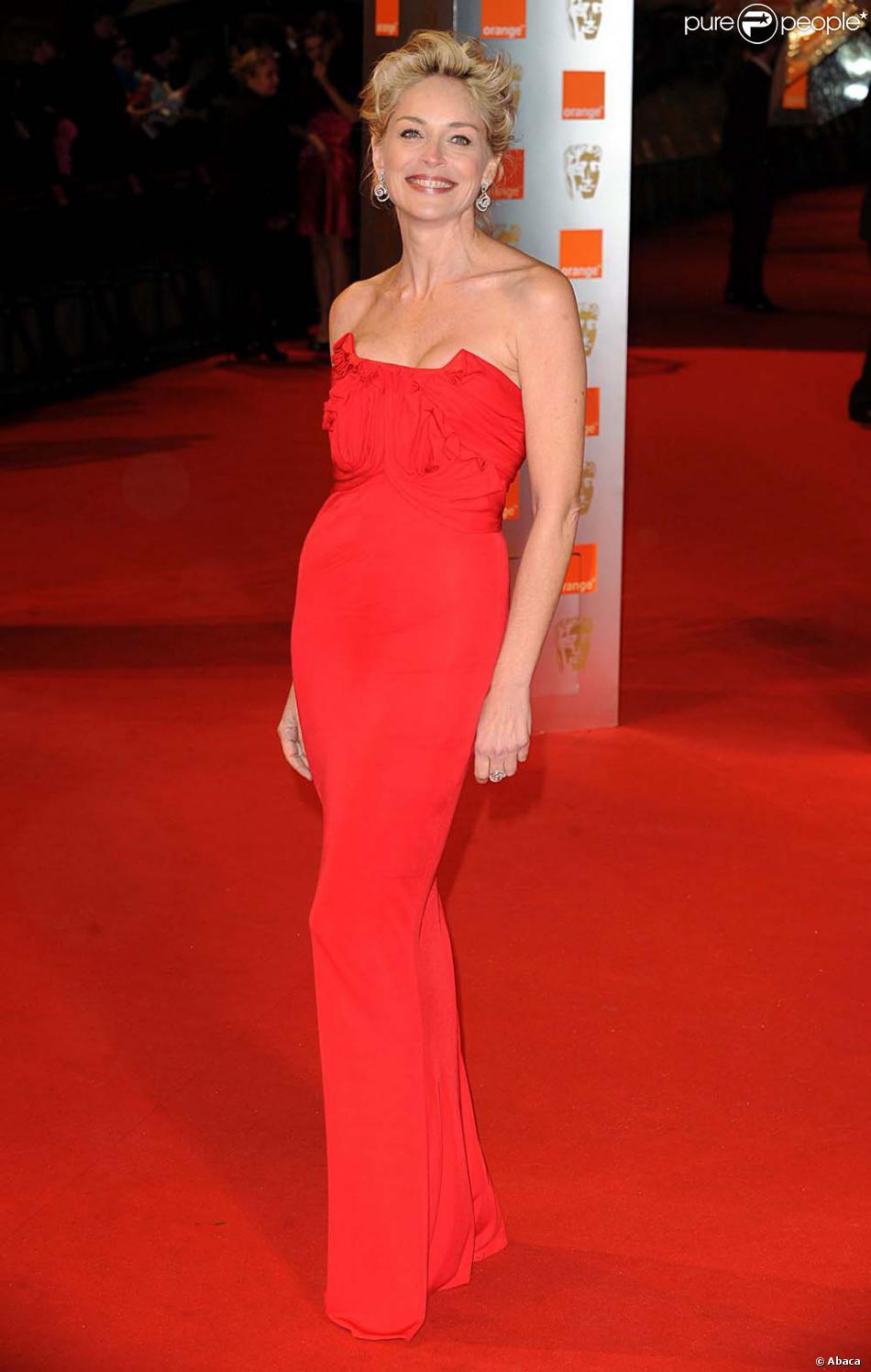 Sourire étincellant et robe rouge, Sharon plus glamour que jamais.
