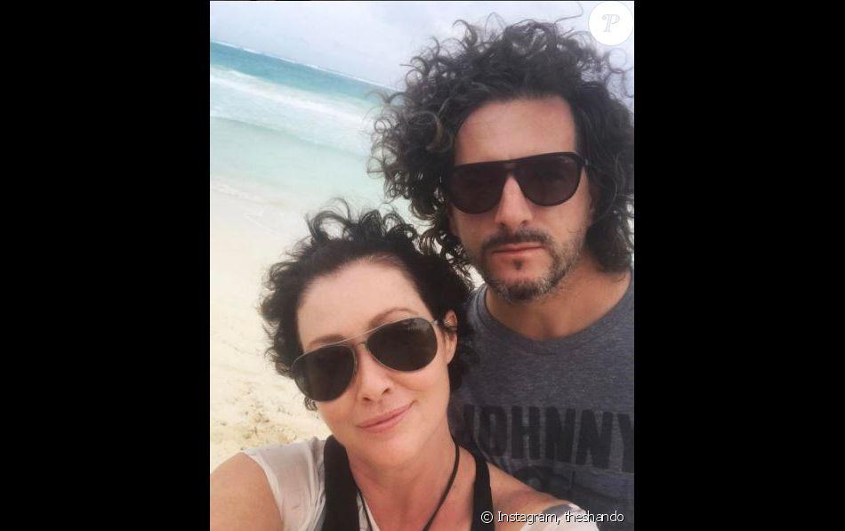Shannen Doherty a les cheveux qui repoussent. Elle est vacances au Mexique avec son mari. Instagram, juin 2017