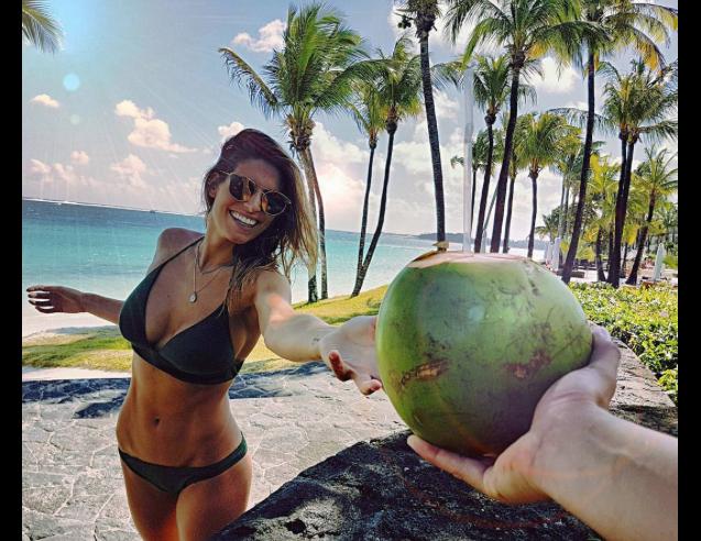 Laury Thilleman en vacances sur l'île Maurice, le 12 août 2017.