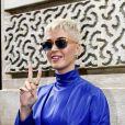 Semi Exclusif - Katy Perry quitte l'hôtel Meurice par la sortie arrière et signe des autographes à ses fans qui l'attendaient à Paris le 2 juin 2017.