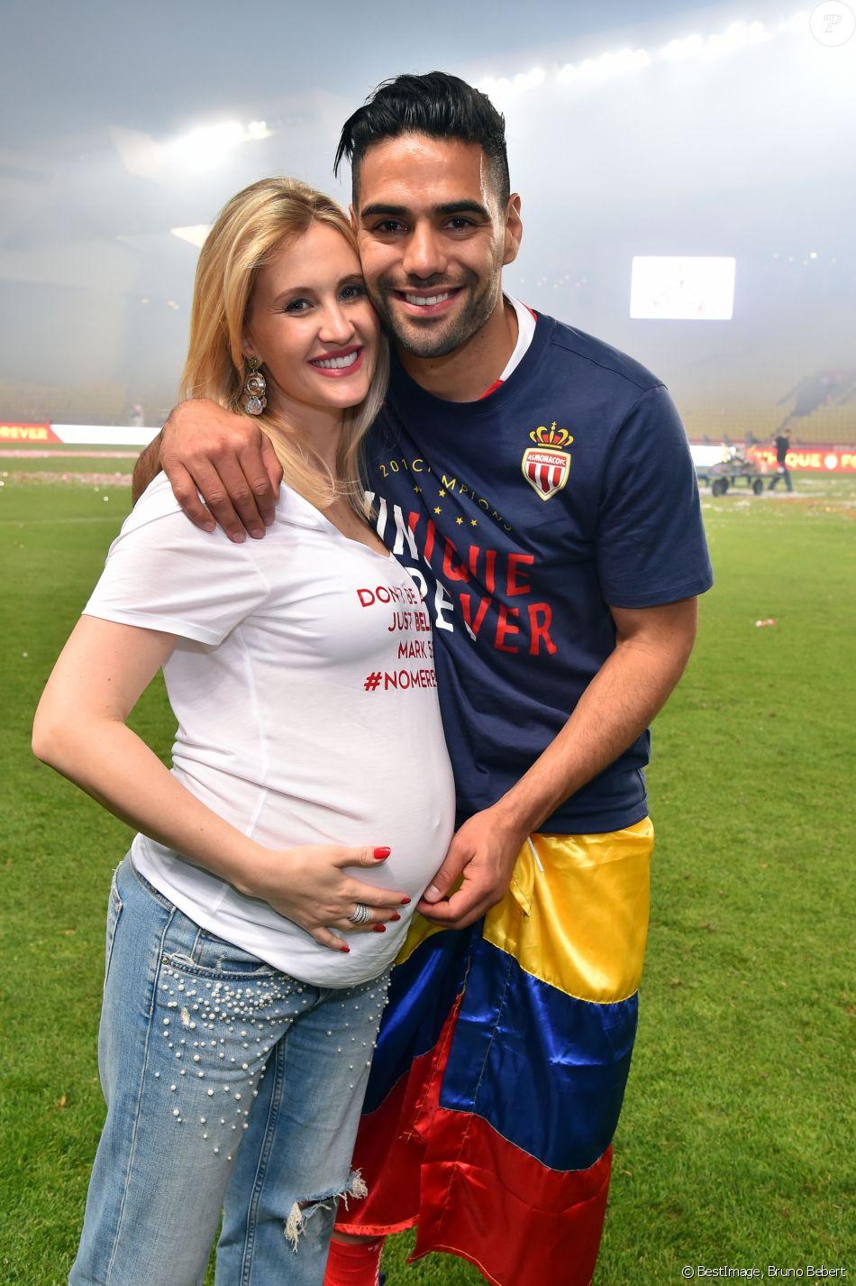 radamel falcao et sa femme lorelei taron enceinte durant la rencontre de football de ligue 1. Black Bedroom Furniture Sets. Home Design Ideas