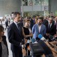 Le roi Felipe VI et la reine Letizia d'Espagne se sont déplacés le 19 août 2017 au chevet des blessés de l'attentat du 17 août à Barcelone, comme ici à l'hôpital Del Mar, s'entretenant aussi avec la direction et le personnel pour s'informer sur la prise en charge de ces patients.