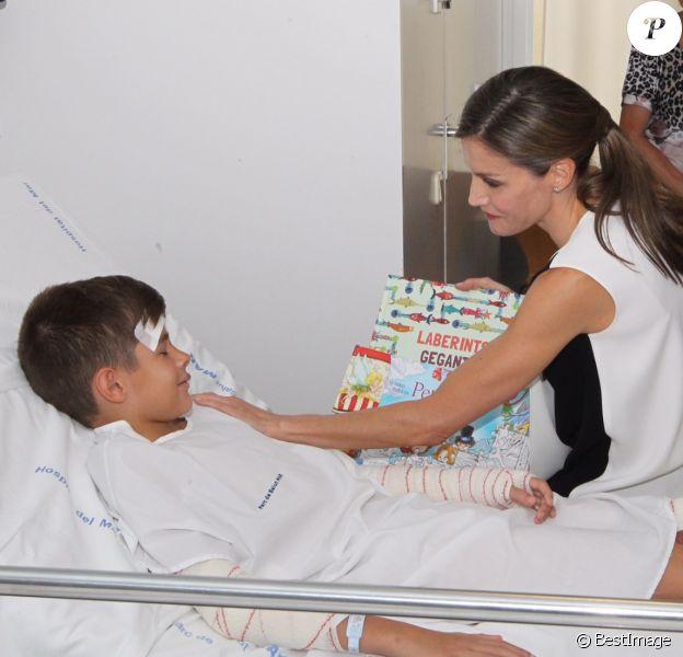 Le roi Felipe VI et la reine Letizia d'Espagne ont apporté le 19 août 2017 leur soutien aux blessés de l'attentat du 17 août à Barcelone à l'hôpital Del Mar, s'entretenant aussi avec la direction et le personnel pour s'informer sur la prise en charge de ces patients.