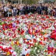 Le roi Felipe VI et la reine Letizia d'Espagne vont se recueillir sur La Rambla après l'attaque terroriste du 17 août 2017, déposant une gerbe de fleurs au soir du 19 août.