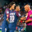 Neymar Jr. et Edinson Cavani discutent avec l'arbitre Laurent Duhamel - Match de Ligue 1, Paris Saint-Germain (PSG) vs Toulouse FC (TFC) au Parc des Princes à Paris, France, le 20 août 2017. Le PSG a gagné 6-2. © Nikola Kis Derdei/bestimage