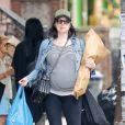 Exclusif - Laura Prepon (enceinte) fait du shopping à New York le 25 juin 2017.