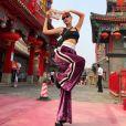"Bella Hadid à Pékin, porte un pantalon Off-White™ et un sac Bulgari (modèle ""Sisterhood""). Le 31 juillet 2017."