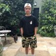 Photo de Romeo Beckham, en t-shirt et short Bape. Juillet 2017.