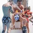 Lionel Messi et son fils Thiago en vacances sur un yacht avec leurs familles et des amis au large de Formentera le 12 juin 2017.