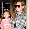 Chrissy Teigen et sa fille Luna lors de leur arrivée à l'aéroport de Los Angeles le 15 septembre 2015