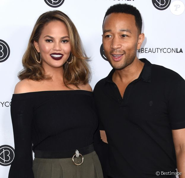 Chrissy Teigen et son mari John Legend - People au 2ème jour du Beautycon 2017 au Los Angeles Convention Center à Los Angeles, le 13 août 2017. © Chris Delmas/Bestimage