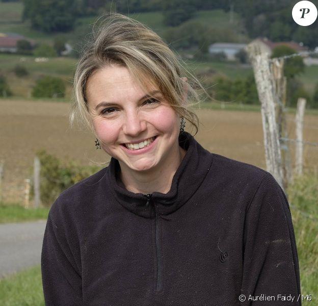 """Nathalie, 27 ans, éleveuse de vaches et de chèvres pour le fromage en Bourgogne – Franche Comté. Candidate de """"L'amour est dans le pré 2017""""."""