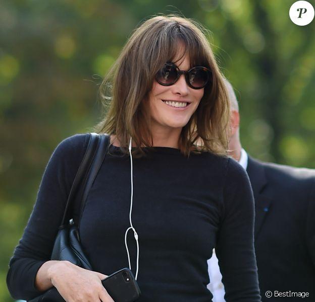 Carla Bruni-Sarkozy arrivant au défilé Versace à la Triennale de Milan lors de la Fashion Week de Milan le 22 septembre 2017. Donatella Versace y a rendu un hommage puissant et inspiré à son défunt frère Gianni.