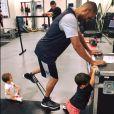 Tony Parker, gravement blessé au printemps 2017, poursuit sa rééducation avec la complicité de ses fils Liam (1 an) et Josh (3 ans) en vue de son retour au sein des San Antonio Spurs. Photo Facebook Tony Parker, le 23 septembre 2017.