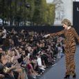 Jane Fonda - Défilé de mode L'Oréal Paris sur l'avenue des Champs-Elysées lors de la fashion week à Paris, le 1er octobre 2017. © Olvier Borde / Bestimage