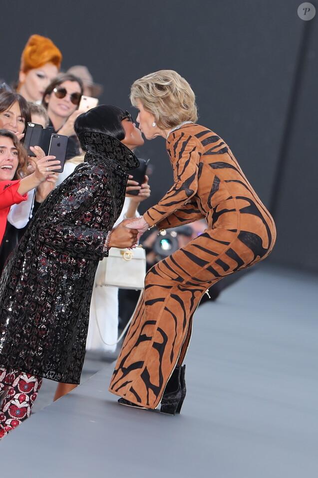 Jane Fonda et Naomi Cambell - Défilé de mode L'Oréal Paris sur l'avenue des Champs-Elysées lors de la fashion week à Paris, le 1er octobre 2017. © Cyril Moreau/Bestimage