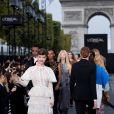 Barbara Palvin - Défilé de mode L'Oréal Paris sur l'avenue des Champs-Elysées lors de la fashion week à Paris, le 1er octobre 2017. © Cyril Moreau / Bestimage
