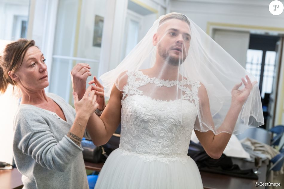 Exclusif - Jeremstar - Le blogeur Jeremstar (Jérémy Gisclon ) se marie avec lui même à la mairie du 1er arrondissement de Paris le 9 octobre 2017. La sologamie, c'est ce que prétend vivre Jeremstar, qui a décidé de s'auto-épouser. © Cyril Moreau/Bestimage
