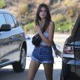 La fille de Cindy Crawford, Kaia Gerber, met de l'essence dans sa voiture Range Rover à Malibu. Le 14 octobre 2017.