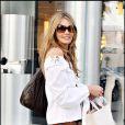 Elle Macpherson fait du shopping à Beverly Hills. 20/02/09