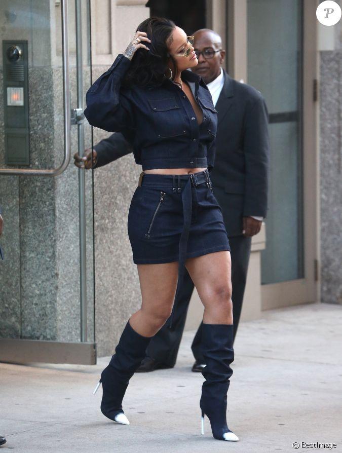 rihanna porte une robe en jean et des bottes assorties la sortie de son domicile dans le. Black Bedroom Furniture Sets. Home Design Ideas