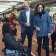 Kate Middleton, duchesse de Cambridge, enceinte de son troisième enfant, accompagnait le prince William et le prince Harry au stade de West Ham dans l'est de Londres le 18 octobre 2017 pour la remise des diplômes d'apprentis coachs formés par Coach Core, un programme lancé par leur fondation royale en 2012.