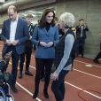 Kate Middleton, duchesse de Cambridge, enceinte de son troisième enfant, ici en discussion avec Judy Murray, accompagnait le prince William et le prince Harry au stade de West Ham dans l'est de Londres le 18 octobre 2017 pour la remise des diplômes d'apprentis coachs formés par Coach Core, un programme lancé par leur fondation royale en 2012.
