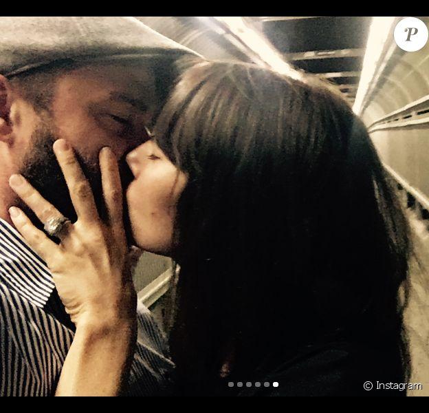 Justin Timberlake et Jessica Biel partageant un baiser fougueux. Le couple a fêté le 19 octobre 2017 ses cinq ans de mariage.