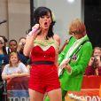 Et on commence avec la catégorie meilleur costume et la délicieuse Katy Perry, c'est le cas de le dire, arborant fièrement une magnifique panoplie de fraise des bois à New-York !