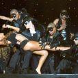Et un magnifique porte-retourné pour Mariah Carey qui donne tout entre les mains de ses danseurs masqués et musclés à New-York !